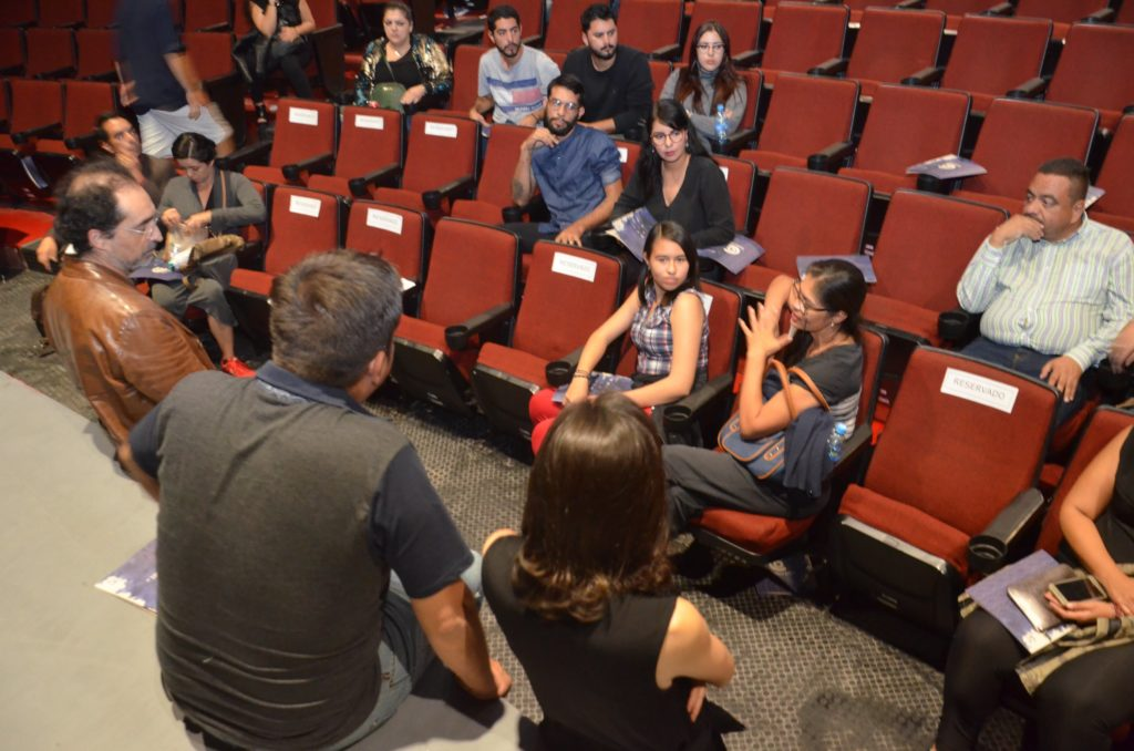 Estudiantes platican con Bruno Bichir